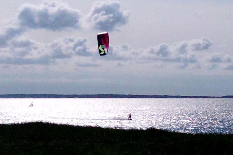 Kitesurfer im Gegenlicht in Suhrendorf